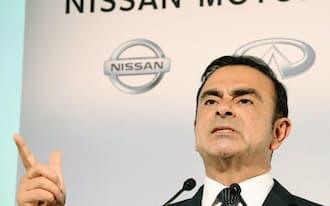 2期連続の業績下方修正と経営陣の交代を発表するゴーン社長(2013年11月1日、横浜市)