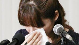 記者会見で涙をぬぐう理化学研究所の小保方晴子研究ユニットリーダー(9日午後、大阪市北区)