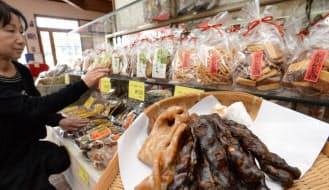 関西のかりんとうはじっくりと時間をかけて揚げる(兵庫県福崎町にある常盤堂製菓の直売所)