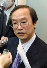 報道陣の取材に応じる、小保方晴子氏の代理人、三木秀夫弁護士(14日午前、大阪市)=共同