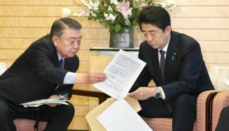 3月7日、自民党の大島東日本大震災復興加速化本部長(左)は「東日本大震災から3年を迎えるにあたっての決意」を安倍首相に手渡した