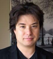 札幌市生まれ。サンフランシスコ州立大学デザイン学科在学中からウェブサイトのデザイナーとして活躍。卒業後の2004年にブランディング・ユーザーエクスペリエンスデザインを手掛けるビートラックスを設立。趣味はバイク、テニス、ロック音楽。