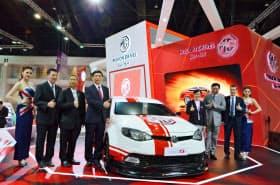 バンコクの国際モーターショーで披露された上海汽車の「MG6」(3月25日)=NNA/共同