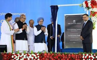 大型研修センターの着工式には、インドのシン首相(中央)とTCSのチャンドラセカランCEO(右端)らが参加した(南部ケララ州)