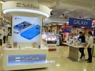 ソフトバンクはスマホ新料金を延期する(都内量販店の売り場)