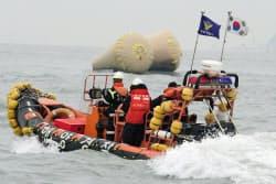 「セウォル号」沈没現場付近を捜索するボート(19日、珍島沖)=共同