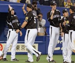 阪神が4連勝。14安打10得点で中日に勝利し、ナインとハイタッチする阪神・和田監督=左端(22日、ナゴヤドーム)=共同