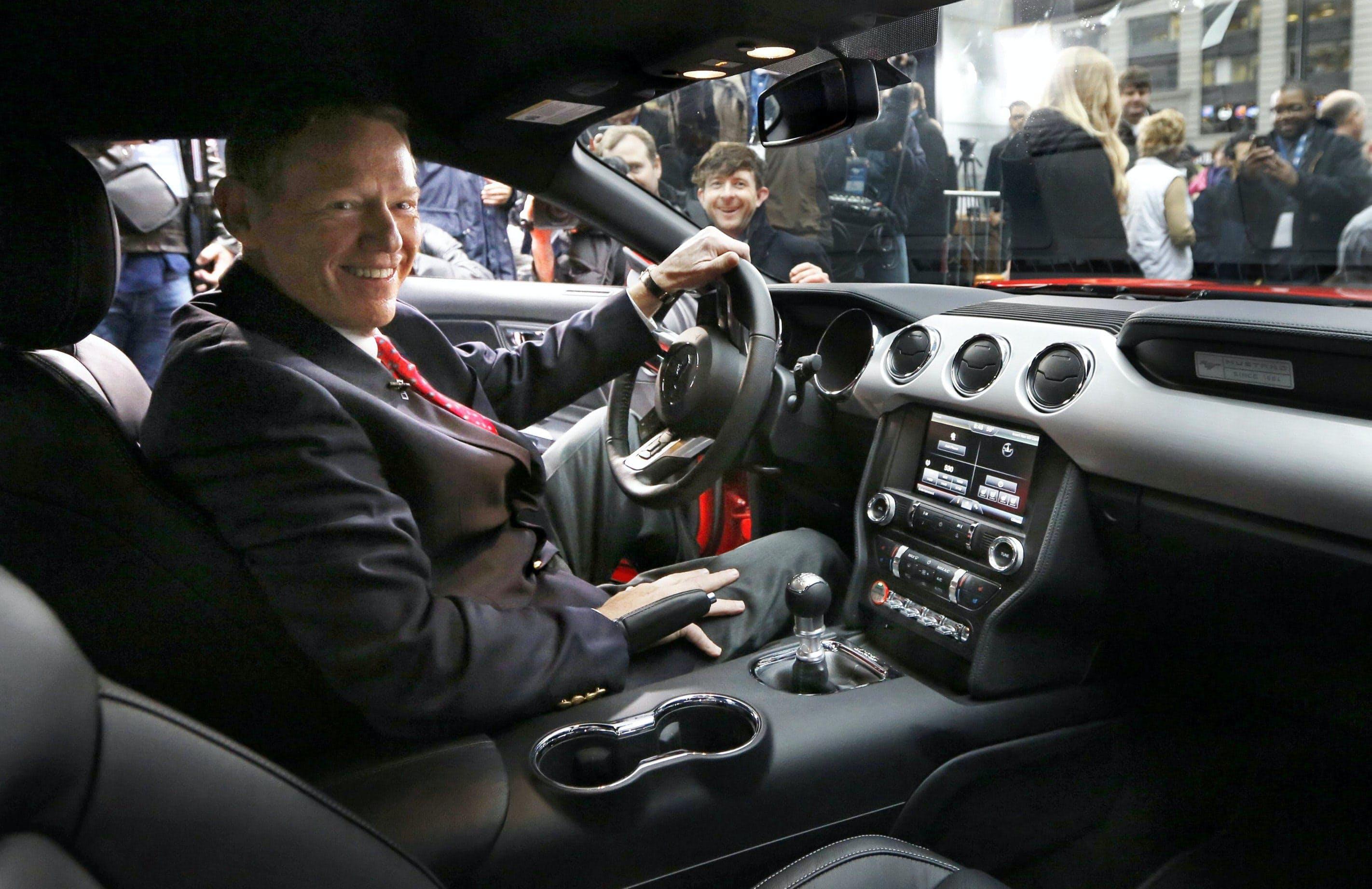 2015年モデルのマスタングに乗るフォードのムラーリーCEO(2013年12月5日、ニューヨーク)=ロイター