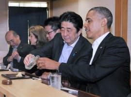すし店での夕食会で、歓談するオバマ米大統領と安倍首相(23日午後、東京・銀座)=内閣広報室提供