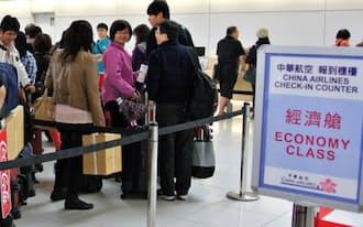 北海道内旅行を終え、帰国する外国人観光客ら(新千歳空港)