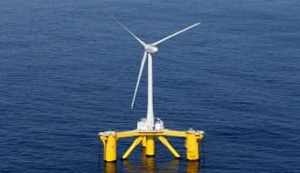 福島県の沖合約20キロに設置された浮体式洋上風力発電所の風車(4日)