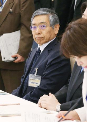 4月15日、首相官邸で開かれた物価問題に関する関係閣僚会議に出席した黒田日銀総裁