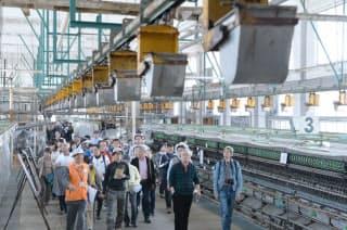 世界遺産に登録される見通しとなった富岡製糸場を見学する人たち(26日午前、群馬県富岡市)