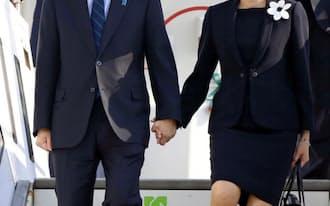ベルリンのテーゲル国際空港に到着した安倍首相と昭恵夫人(29日)=共同