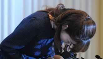 記者会見で頭を下げる小保方晴子研究ユニットリーダー(4月9日、大阪市北区)