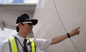 日本航空は眼鏡型ウエアラブル端末「グーグルグラス」を機体整備に活用する実証実験をホノルル国際空港で始めた=日本航空提供