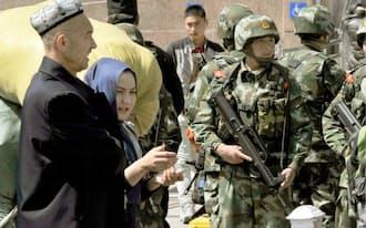 爆発事件があったウルムチ駅周辺で警戒に当たる武装警察隊員(1日、中国新疆ウイグル自治区)=共同