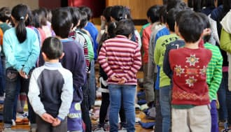 小学校の始業式で整列する児童(1月、東京都豊島区の高松小学校)