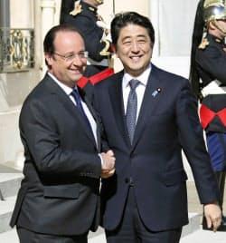 大統領府でフランスのオランド大統領(左)の出迎えを受ける安倍首相(5日、パリ)=共同
