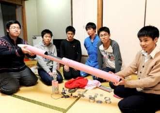 打ち上げを翌日に控えた男子チームと「桜花」=写真 編集委員 小林裕幸