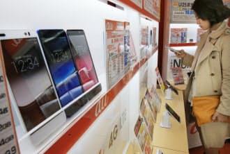 家電量販店に並ぶスマートフォン(21日午後、東京都千代田区のビックカメラ有楽町店)