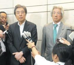 記者の質問に答える細川氏(左)と小泉氏(7日午後、東京都千代田区)