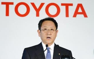 決算を発表するトヨタ自動車の豊田社長(8日午後、東京都文京区)