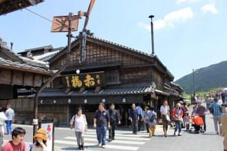 観光客でにぎわう「おはらい町」の赤福本店