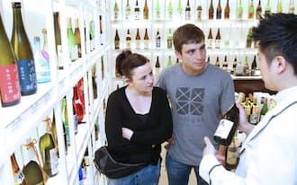 百貨店の日本酒売り場を訪れた外国人旅行客(9日、東京都中央区の松屋銀座本店)