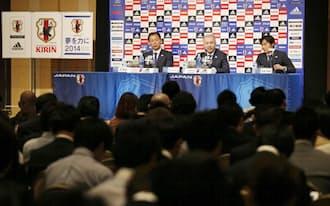 サッカーW杯ブラジル大会の日本代表選手発表記者会見で、質問に答えるザッケローニ監督=中央(12日午後、東京都内のホテル)=共同