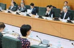 甘利経財相が出席して開かれた「選択する未来」委員会(13日、東京・霞が関)