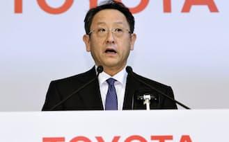 トヨタ自動車の豊田章男社長は「意志を持った踊り場」と主張した(5月8日、東京本社での記者会見)=共同