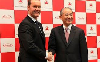 武田は来月、英医薬大手出身のウェバー氏を社長に迎える(右は長谷川・現社長)
