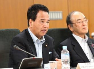 「選択する未来」委員会であいさつする甘利経財相(左)と三村会長(13日、東京・霞が関)