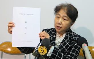 記者会見する北京市の原告団の康健弁護士(2月26日、北京市内)