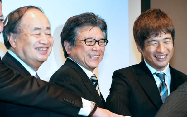経営統合を発表する(左から)KADOKAWAの角川会長、佐藤相談役、ドワンゴの川上会長(14日午後、東京都中央区)