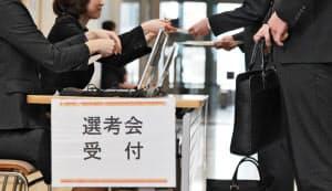 採用面接の受付に並ぶ就活生(東京都新宿区)