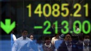 200円以上値を下げた日経平均株価(16日午前、東京・八重洲)