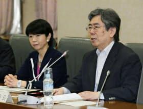 政府税制調査会の総会で、あいさつする中里実会長。左は大田弘子座長=16日午前、財務省