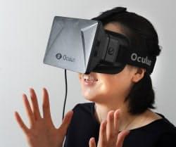 ヘッドマウントディスプレーという水中メガネをいかつくしたような装置を付けて仮想現実(VR)を体験する記者(東京都渋谷区)