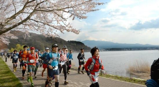 河口湖畔では富士山をバックに走った(山梨県富士河口湖町)=写真 井上昭義、以下同じ