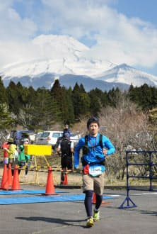 2日目の朝、富士山をバックに走る(静岡県富士市)