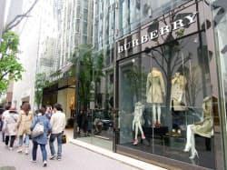 グローバル商品を販売するバーバリーの直営店(東京・中央)