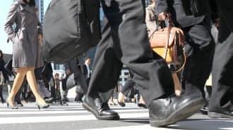 管理職になると自分の仕事だけでなく、部下のマネジメントなど負担が増える(大手町の通勤風景)