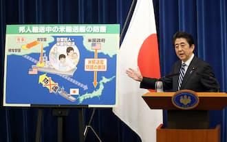 安倍首相は現憲法の下での集団的自衛権の行使容認をめざしている(15日、安保法制懇の報告を受けて首相官邸で記者会見)