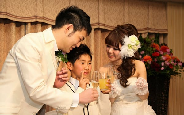 根本さん夫妻の披露宴。乾杯も子どもと3人で