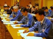 廃炉安全監視協議会で説明する東電の担当者(20日、福島市)