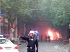 22日、中国の短文投稿サイト「微博」に掲載された、中国新疆ウイグル自治区ウルムチで起きた爆発現場とされる写真=共同