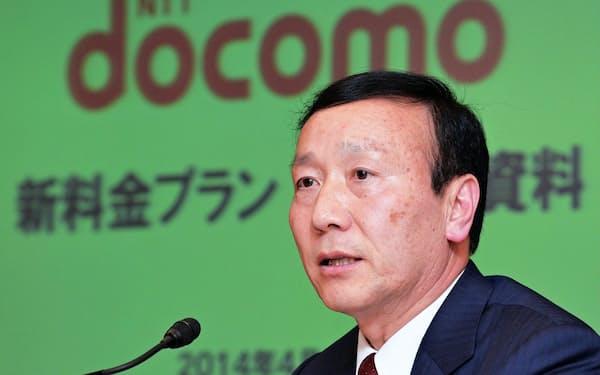 新料金プランを発表するNTTドコモの加藤薫社長(4月10日、東京・大手町)