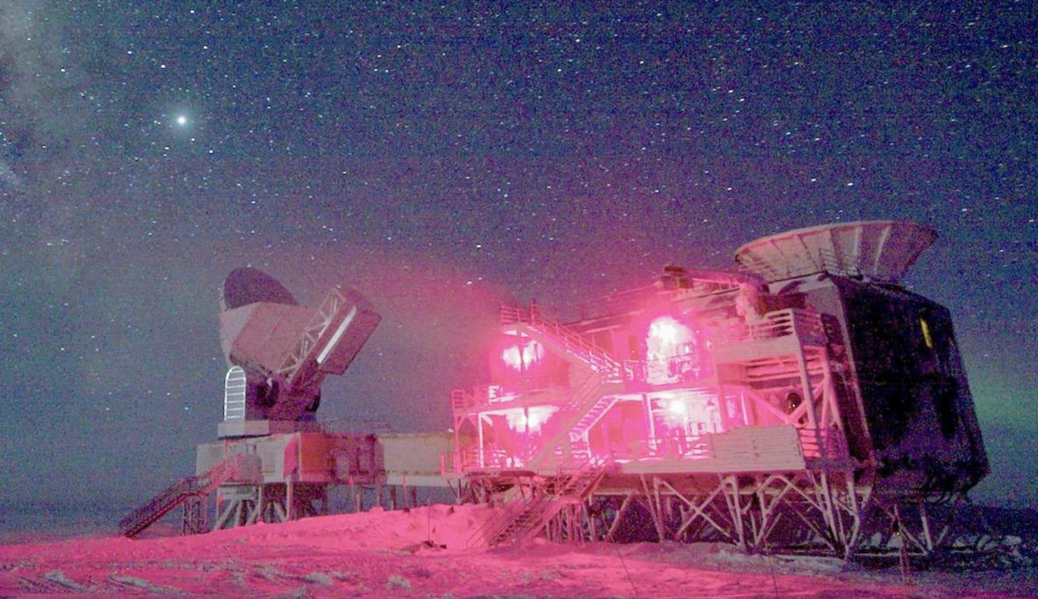 カリフォルニア工科大などの研究チームが南極に設置した重力波観測設備=ロイター